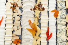 在一块石板材切的乳酪品种  库存照片