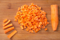 在一块砧板的切成小方块的未加工的红萝卜 库存图片