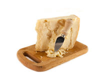 在一块砧板的帕尔马干酪和刀子 免版税库存图片