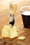 在一块砧板的帕尔马干酪和酒 免版税库存图片