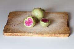 在一块砧板的甜菜萝卜 免版税库存照片