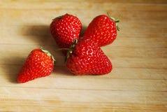 在一块砧板的草莓 免版税库存图片