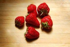 在一块砧板的草莓 库存照片