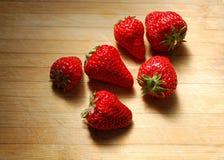 在一块砧板的草莓 库存图片