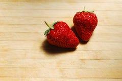 在一块砧板的草莓 免版税图库摄影