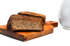在一块砧板的黑饮食面包 免版税库存图片