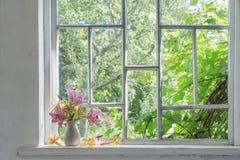 在一块窗口基石的百合花束在晴天 库存照片