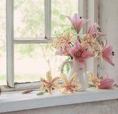 在一块窗口基石的百合花束在晴天 库存图片