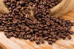 在一块粗砺的麻袋布的烤咖啡豆 免版税图库摄影