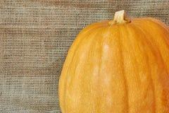 在一块粗麻布的秋天南瓜在一个土气样式 免版税图库摄影