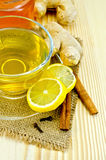 在一块粗麻布的茶姜用蜂蜜和柠檬 库存照片