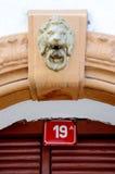 在一块红色板材的房子号码19 免版税库存图片