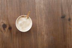 在一块红色纸玻璃的热奶咖啡与正面微笑 街道咖啡 库存图片