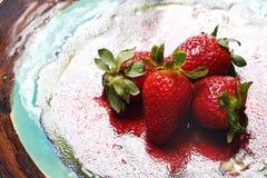 在一块红色陶瓷板材的成熟红色草莓 免版税库存图片
