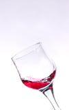 在一块红葡萄酒玻璃的飞溅 免版税库存照片
