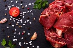 在一块织地不很细石板材的新鲜的羊羔肉 免版税库存照片