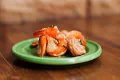 在一块绿色板材的烂醉如泥的用卤汁泡的虾 传统地中海烹调食物,西班牙塔帕纤维布 木桌,棕色 免版税库存图片