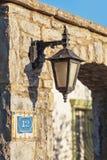 在一块老石头的墙壁上的灯笼葡萄酒 免版税图库摄影