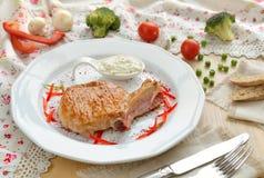 在一块肋骨的猪肉牛排在白色板材 免版税图库摄影