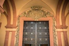 在一块茶黄天花板的门设计在城堡,塞维利亚,西班牙,欧洲 库存照片