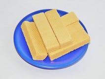在一块蓝色板材的奶蛋烘饼 免版税图库摄影