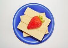 在一块蓝色板材的奶蛋烘饼 免版税库存照片
