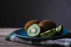 在一块蓝色板材的新鲜的猕猴桃 免版税图库摄影