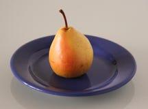 在一块蓝色板材的果子在灰色背景 库存照片