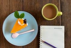 在一块蓝色板材的橙色蛋糕 免版税库存照片
