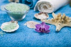 在一块蓝色毛巾的温泉治疗 免版税库存照片