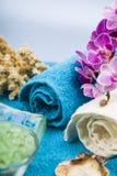 在一块蓝色毛巾的温泉治疗 免版税图库摄影