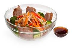 在一块透明板材的沙拉用肉和圆白菜 免版税库存照片
