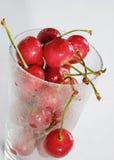 在一块透明玻璃的樱桃 库存图片