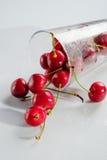 在一块透明玻璃的樱桃 库存照片