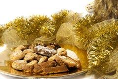 在一块金黄板材的圣诞节曲奇饼 图库摄影