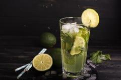 在一块长的玻璃的Mojito鸡尾酒 免版税图库摄影