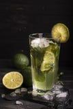 在一块长的玻璃的Mojito鸡尾酒 免版税库存图片