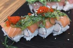 在一块陶瓷板材的三文鱼寿司卷 图库摄影