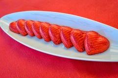 在一块陶瓷板材的红色巧克力心脏 日s华伦泰 库存照片