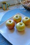 在一块陶瓷板材的苹果在宽画象 库存图片