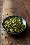 在一块陶瓷板材的绿豆 免版税图库摄影