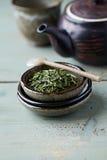 在一块陶瓷板材的Sencha绿茶 库存照片