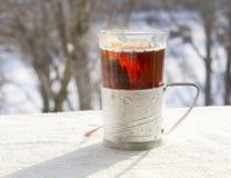 在一块雕琢平面的玻璃的热的茶 免版税库存照片