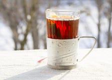 在一块雕琢平面的玻璃的热的茶 库存照片
