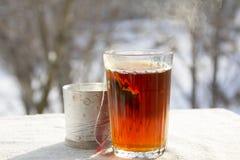 在一块雕琢平面的玻璃的热的茶 图库摄影