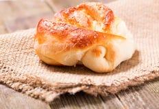 在一块餐巾的开胃小圆面包从袋装 免版税库存图片