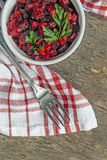 在一块餐巾的沙拉香醋在一张土气背景顶视图 免版税库存照片