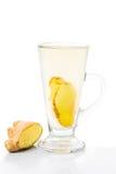 在一块高玻璃的热的姜茶在垂直的取向 免版税库存图片