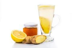 在一块高玻璃的热的蜂蜜姜柠檬茶 免版税库存图片