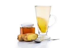 在一块高玻璃的热的蜂蜜姜茶 库存照片